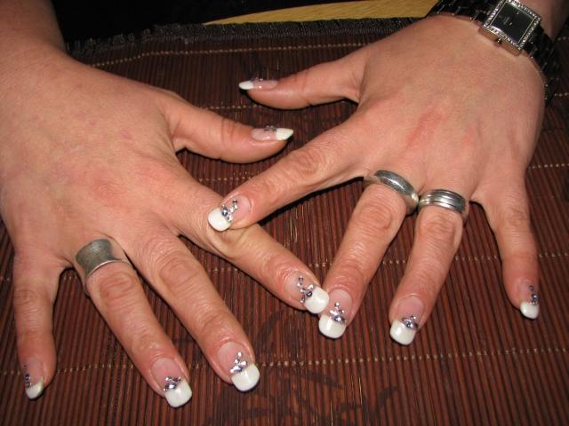 French Manicure mit Steinchen