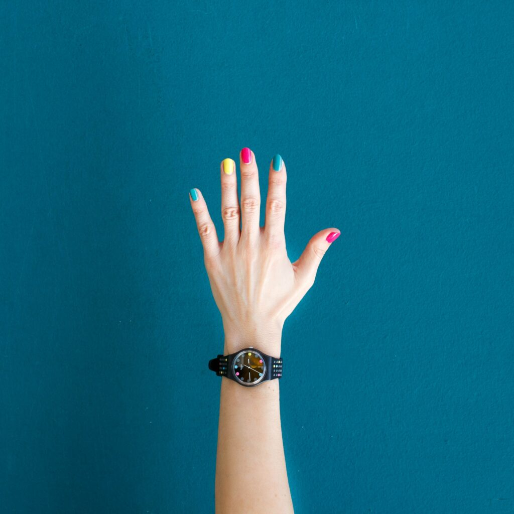 Ein Spritzer Farben im Nageldesign für kurze Fingernägel