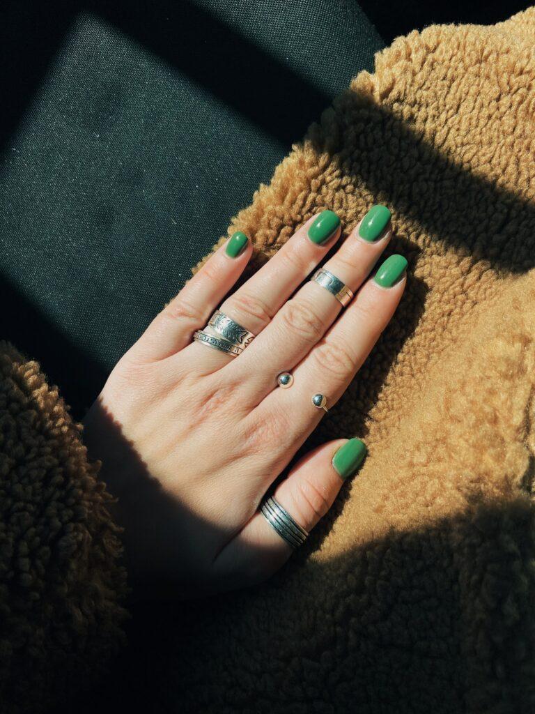 smaragdgrüne Nägel