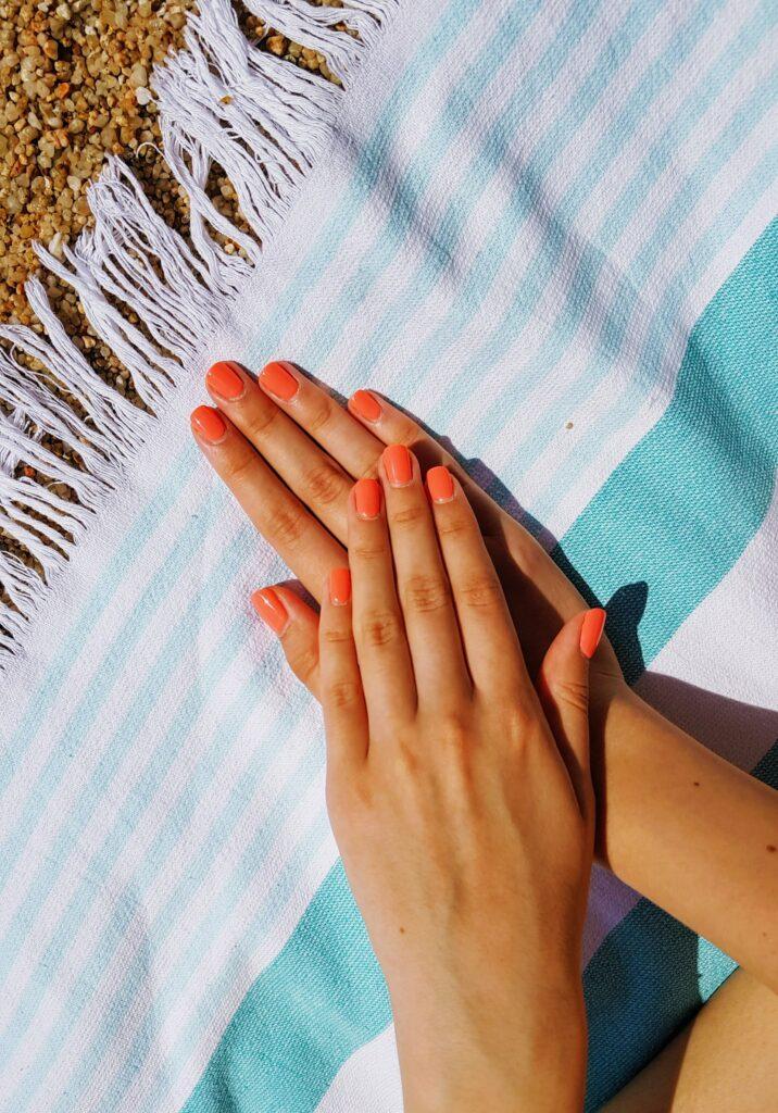 kurze Fingernägel in orange